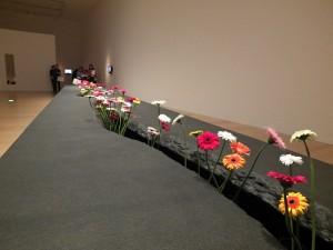 李明維的《移動花園》,觀展者可以從展場中取一朵花,送給陌生人,從中看「施與受」關係