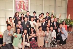 東京媽祖廟一周年活動大會的工作人員與來自台灣的嘉賓合影留念