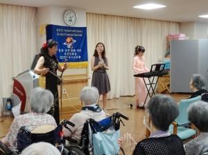 理事 旅日二胡演奏家魏麗玲(左)與日本歌手前阪惠子(中) 、搭檔中島陽子(右)一同為長輩們帶來一首首動聽樂曲