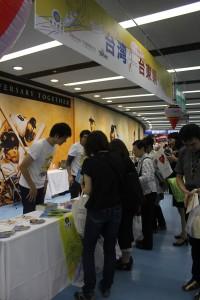 台東観光PRブースに集まるファンの皆さん