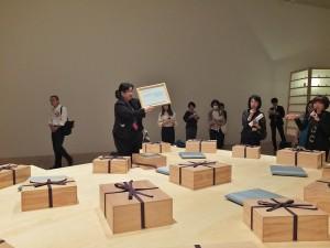 《織物的回憶》是在每個禮物盒裡裝著有不一樣的物品,各自有著不同的故事