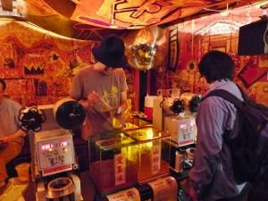 現場設有許多攤位,營造出台灣夜市的熱鬧氛圍
