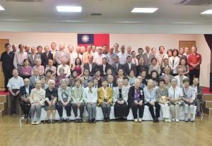 駐橫濱辦事處處長粘信士伉儷出席敬老節活動,與全體長輩合影