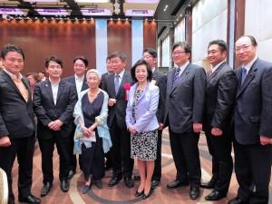 前國策顧問金美齡(前排左3)邀請多位國會議員到場支持柯文哲