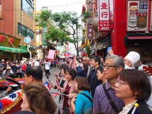 橫濱中華街道兩側,擠滿許多駐足觀賞的遊客