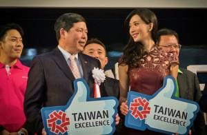 林志玲(前排右)與外貿協會副秘書長葉明水,一同大讚台灣精品