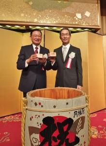 東京之星銀行董事長江丙坤(左)和東京之星銀行行長入江優(右)共同慶祝東京之星銀行邁入另一個發展階段