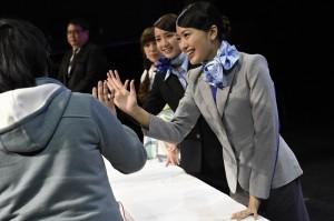 AKB48成員和粉絲擊掌互動