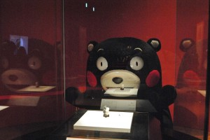 「熊本熊」認真地看著《人與熊》,形成「熊看熊」得趣味畫面(照片提供:九州國立博物館)