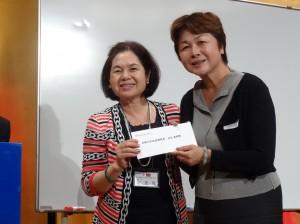 大阪中華總會婦女會會長俞秀霞提供機票摸彩