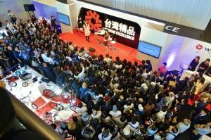有不少粉絲為一睹林志玲的丰采而擠爆現場,林志玲則在訪談中暢談參加這次活動的感想,並用日文邀請大家和她一起支持台灣精品