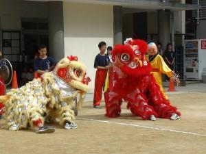 中學男子表演舞獅
