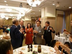 駐橫濱辦事處處長粘信士伉儷(左2、3)和與會賓客敬酒致意