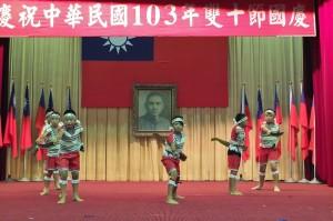 奎輝國小泰雅樂舞團演出傳統的泰雅族舞蹈
