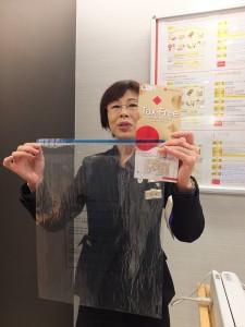三越百貨銀座店免稅櫃台的高橋小姐,表示免稅的消耗品會放入她手中的特製封口袋中