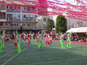 橫濱中華學院學生在學校中庭表演節目,為雙十國慶當天的活動揭開序幕