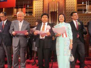 台北駐福岡経済文化弁事処の戎義俊処長も合唱に参加