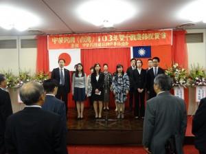 理事和留學生帶領全場唱國歌