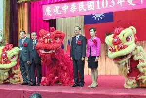 駐日代表沈斯淳伉儷與橫濱華僑總會會長施梨鵬和東京華僑總會會長李維祥,上台與舞獅合影