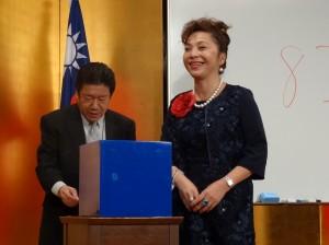 僑務委員謝美香提供來回機票抽獎