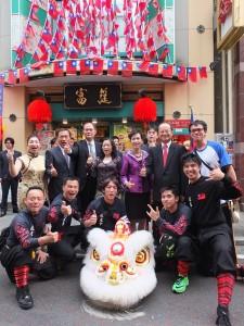 駐日代表沈斯淳等人與橫濱中華學院校友會的舞獅隊成員合影