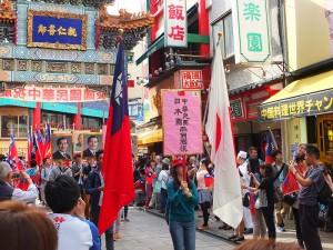 緊接著前導車,是由超過80位留學生組成的國旗隊伍