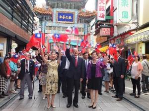 駐日代表沈斯淳等貴賓,一同揮舞國旗大喊中華民國萬歲