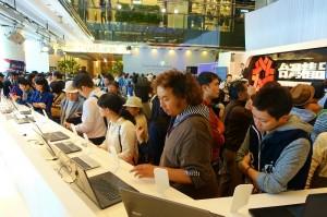 現場有不少消費者對展示的台灣商品表示好奇
