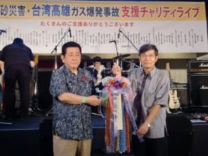沖繩商工會議所會長新垣直彥(左)代表主辦單位致贈祈福千羽鶴(右為駐那霸辦事處處長蘇啟誠)