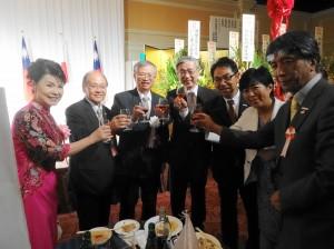 蔡處長伉儷與賓客舉杯為國家慶生