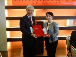京都華僑總會副會長沈幸齡(右)代替該會前顧問叢振華領海華榮譽章