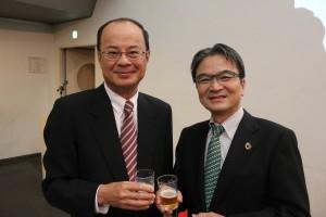 駐日経済文化代表処の沈斯淳代表(左)と東京藝術大学の宮田亮平学長(右)