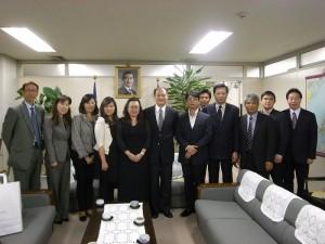 東京台灣商會參訪一行人在駐橫濱辦事處留影
