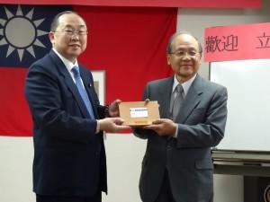立法委員詹凱臣(左)致贈紀念品給大阪中華總會會長洪勝信