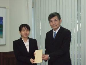 駐那霸辦事處處長蘇啟誠(右)頒獎給在中文演講比賽中獲得優勝的同學真謝明莉(照片提供:日本航空)
