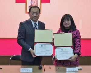 橫濱中華學院校長馮彥國(左)跟苗栗卓蘭實驗高中校長劉瑞圓(右)代表兩校進行簽署合作備忘錄