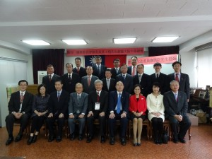 僑委會委員長陳士魁(前排右5)造訪大阪中華總會,與該會理監事合影留念