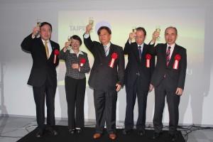 左から、台湾デザインセンターの陳文龍CEO、台北市文化局の林慧芬副局長、日本デザイン振興会の青木史郎常務理事、公益財団法人日本デザイン振興会の飯塚和憲理事長、台北駐日経済文化代表処の余吉政副代表