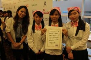 藤田志穂さん(左1)と台湾チームの高校生(左から呉怡萱さん、許芷琳さん、孟雯鈺さん)