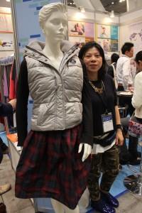エベレスト社営業部経理の黄郁芳さんのお勧めは形状記憶素材を使用したスカート(=写真)