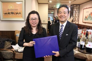 東京台湾商工会議所の錢妙玲会頭(左)は横浜企業経営支援財団の屋代昭治理事長(右)にも協力を呼びかけた