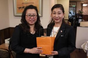 東京台湾商工会議所の錢妙玲会頭(左)と横浜華僑総会の施梨鵬会長(右)