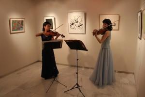 ギャラリーにヴァイオリンの音色が響き渡った