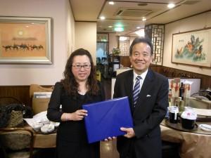 1東京台灣商會會長錢妙玲(左)致贈紀念品給橫濱企業經營支援財團理事長屋代昭治(右)