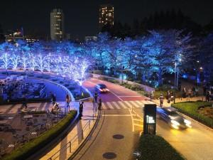 東京中城周圍的路樹上也加上燈飾點綴,打造星光大道