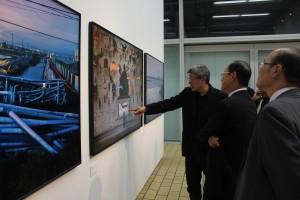 展示を鑑賞する駐日経済文化代表処の沈斯淳代表
