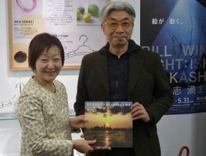 台北市文化局長倪重華(右)和橫濱市文化觀光局長中山KOZUYE互換紀念品