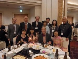 駐處處長粘信士伉儷與台灣合唱團人員合影
