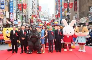 長澤雅美(左4)跟蠟筆小新等眾卡通人物,以及哥吉拉,出席新宿東寶大樓落成紀念典禮(TM & ©TOHO CO., LTD.)