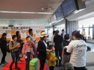 成田発の初便は約7割程度の乗客数で、日本人がほとんどだった。